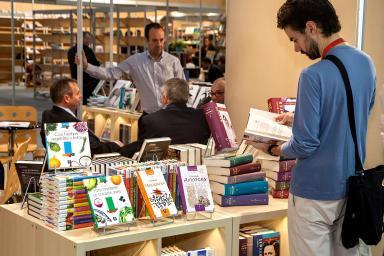 visitante observando conjunto de libros