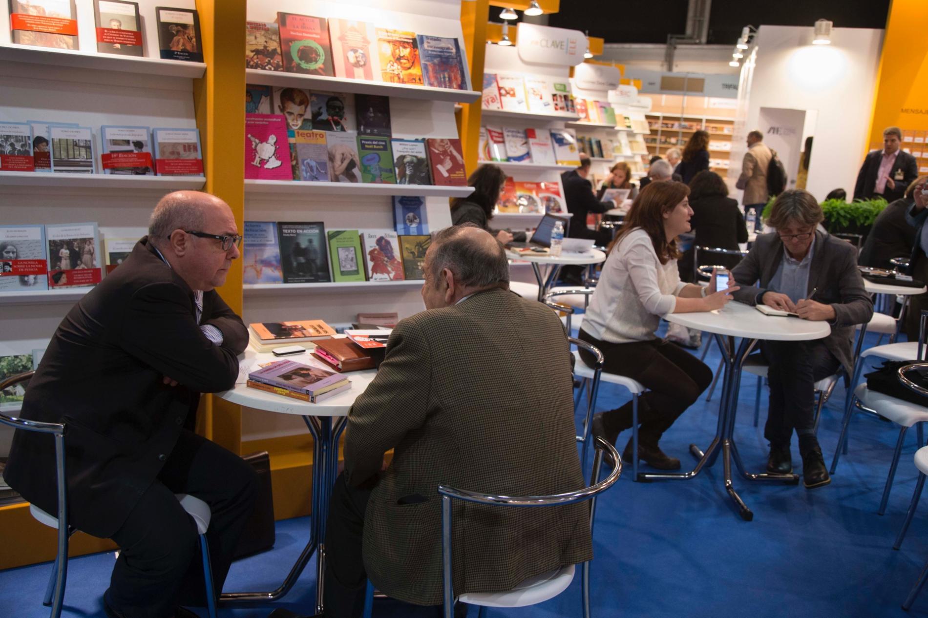 stand de libros con expositores de Liber