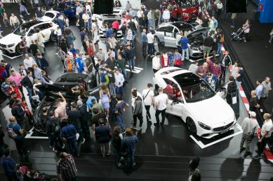 Gente mirando coches en mce