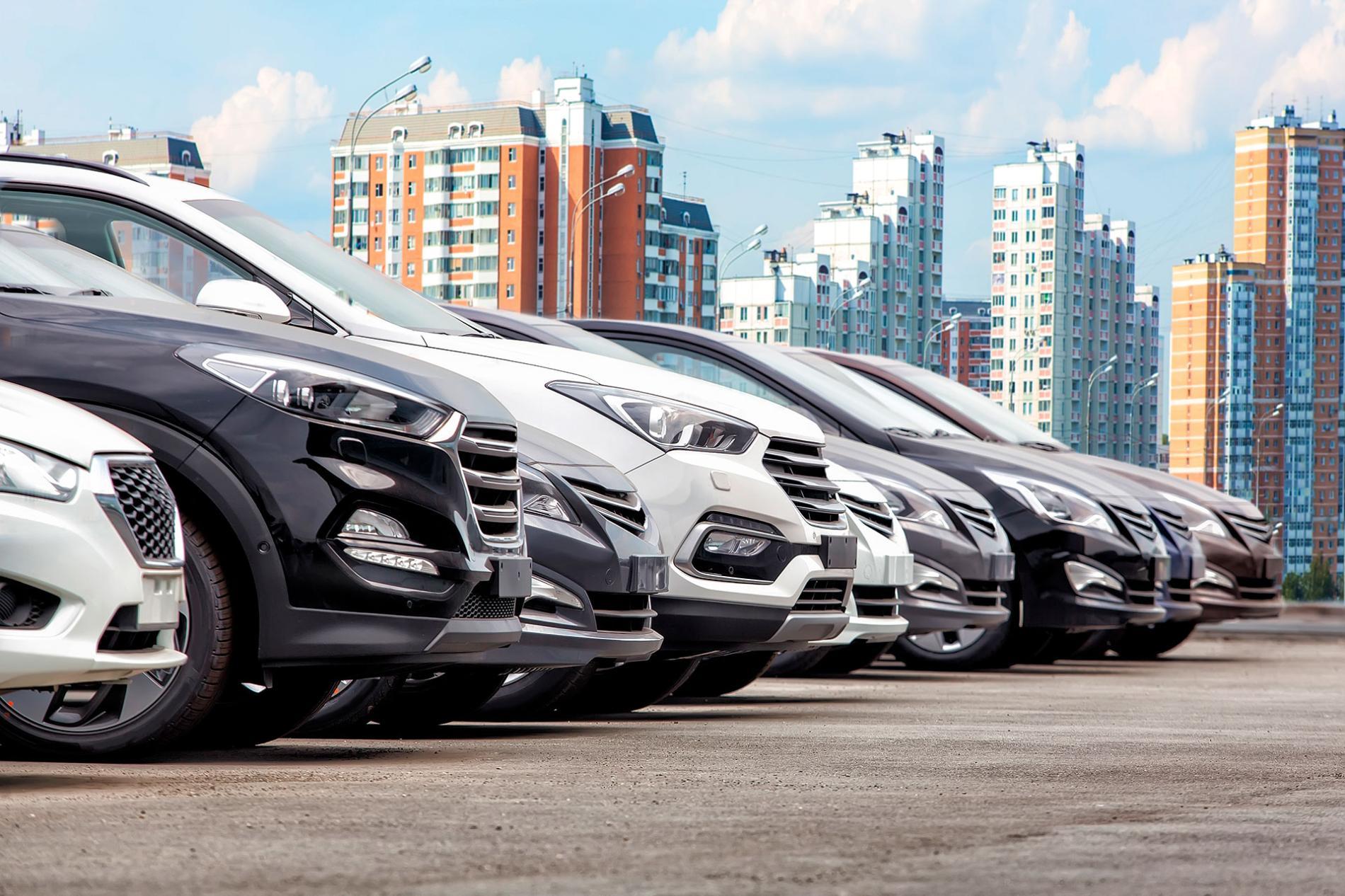 Distintos coches aparcados en fila
