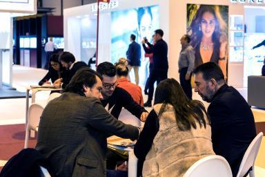 Expositores y visitantes reunidos en la feria Madridjoya