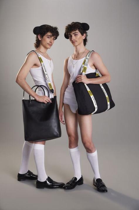 Modelos con bolsos de la colección