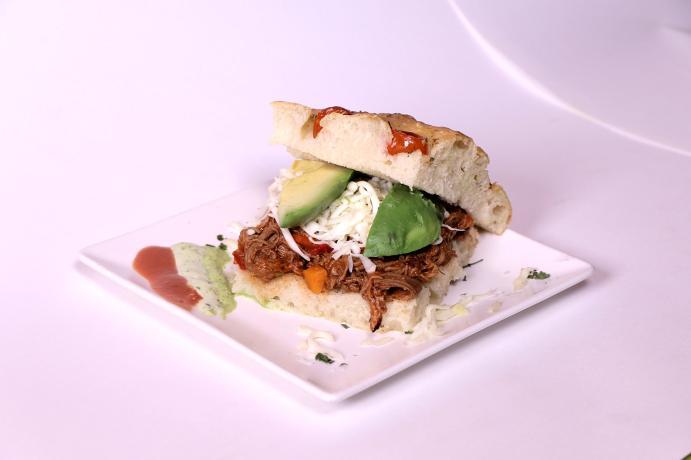 Focaccia de carne mechada: con cebolla y con tomate