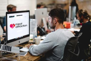 Diseñador grafico frente a un ordenador