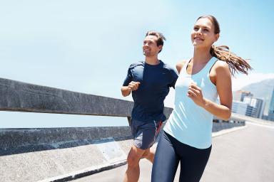 Una pareja corriendo en la calle
