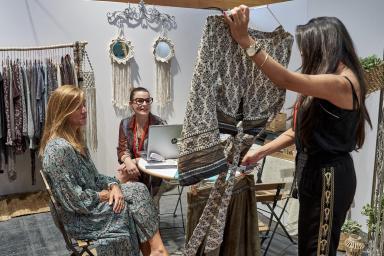 interior stand enseñando ropa