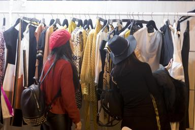 visitante viendo ropa en un stand