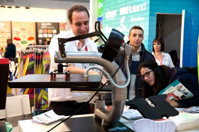 Exhibitor showing his textile printing machine