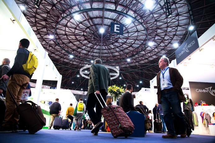 Visitantes y profesionales bajo la cúpula del pabellón