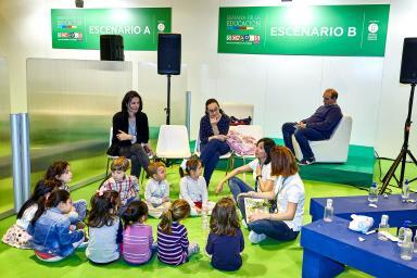 Niños formando un circulo alrededor de dos profesoras