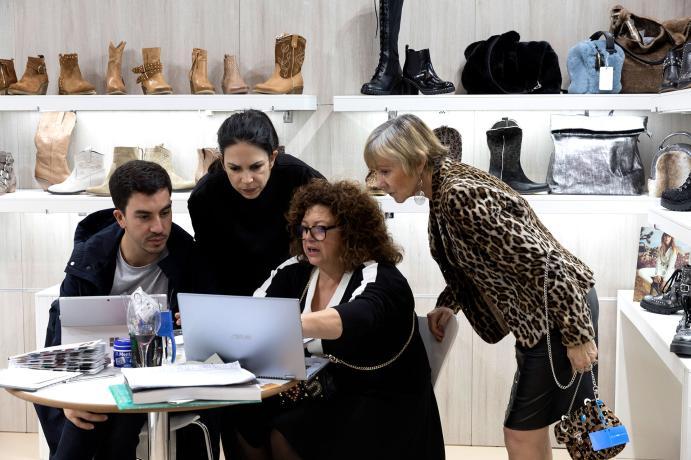 Expositores y visitantes en un stand de Shoesroom by Momad
