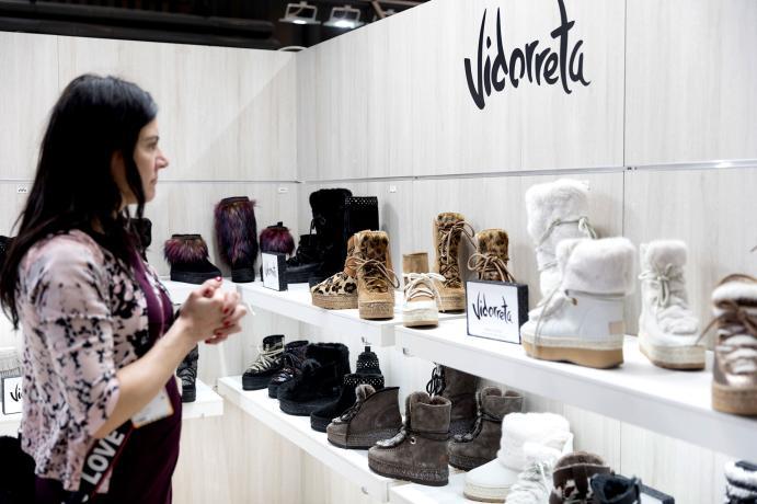 Visitante en el stand de Vidorreta en Shoesroom by Momad de Ifema