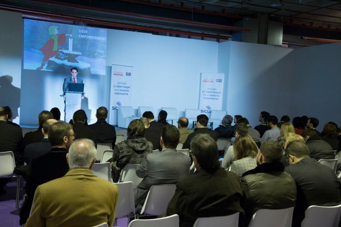 Auditorio de SICUR con experto impartiendo una conferencia