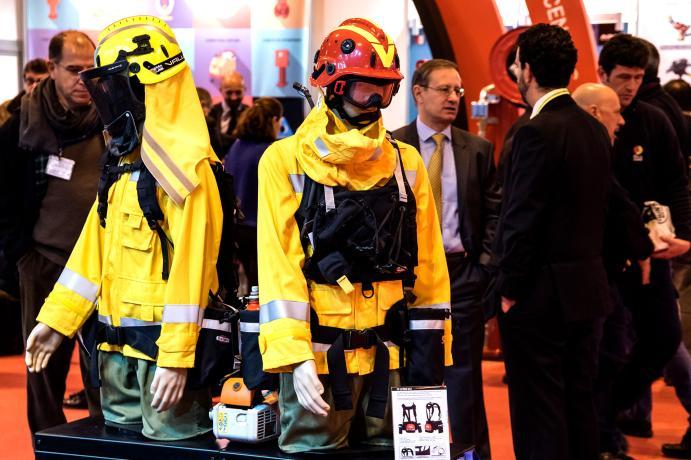 Stand con uniformes de seguridad