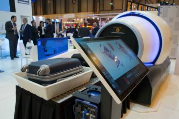 Imagen de un innovador escáner para aeropuerto presentado en un stand en SICUR