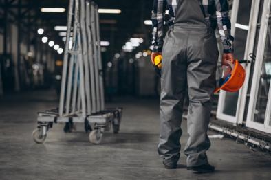 Obrero en fábrica con casco de seguridad