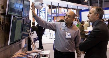 Un profesional muestra en un stand en SICUR una solución  en vídeo vigilancia