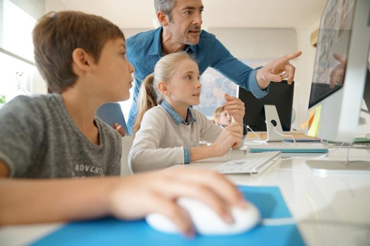 Niños interactuando con ordenador