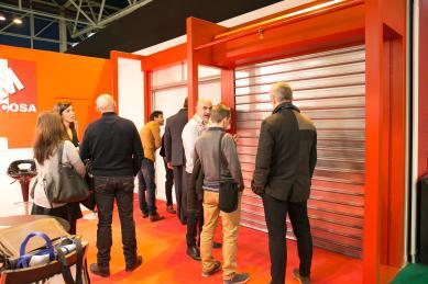 Imagen de unos  profesionales  visitando un stand en Smart Doors