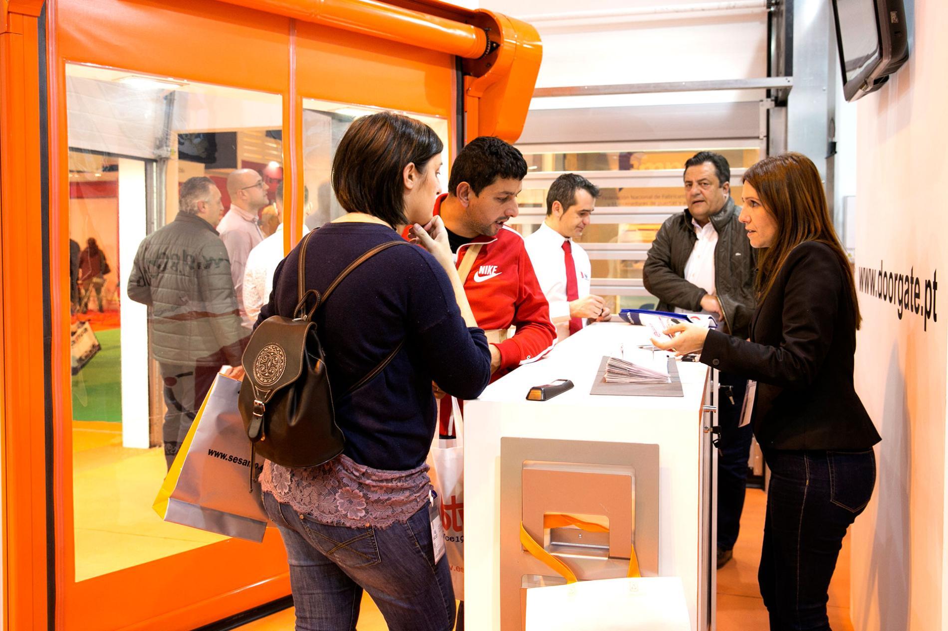 Expositora y visitantes en SMARTDOORS