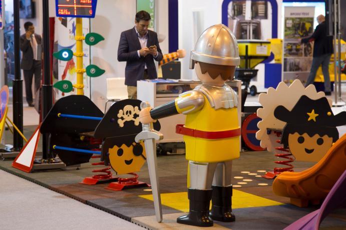 Mobiliario urbano infantil con muñecos