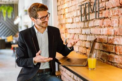 Un hombre sosteniendo una conversación online
