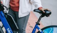 Mujer con una bici eléctrica