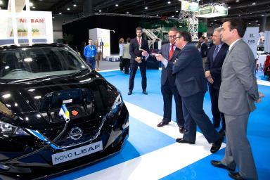El director general de IFEMA mirando un Nissan