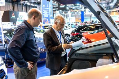 profesional y visitante leyendo los papeles del coche