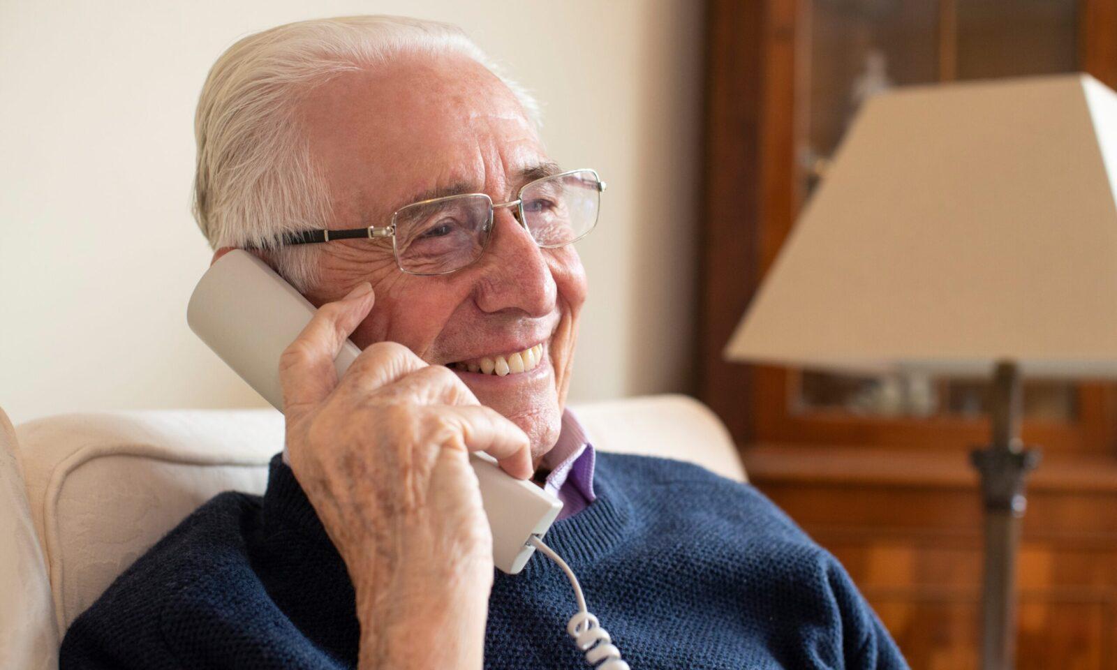 Programa Charlamos para mayores por teléfono