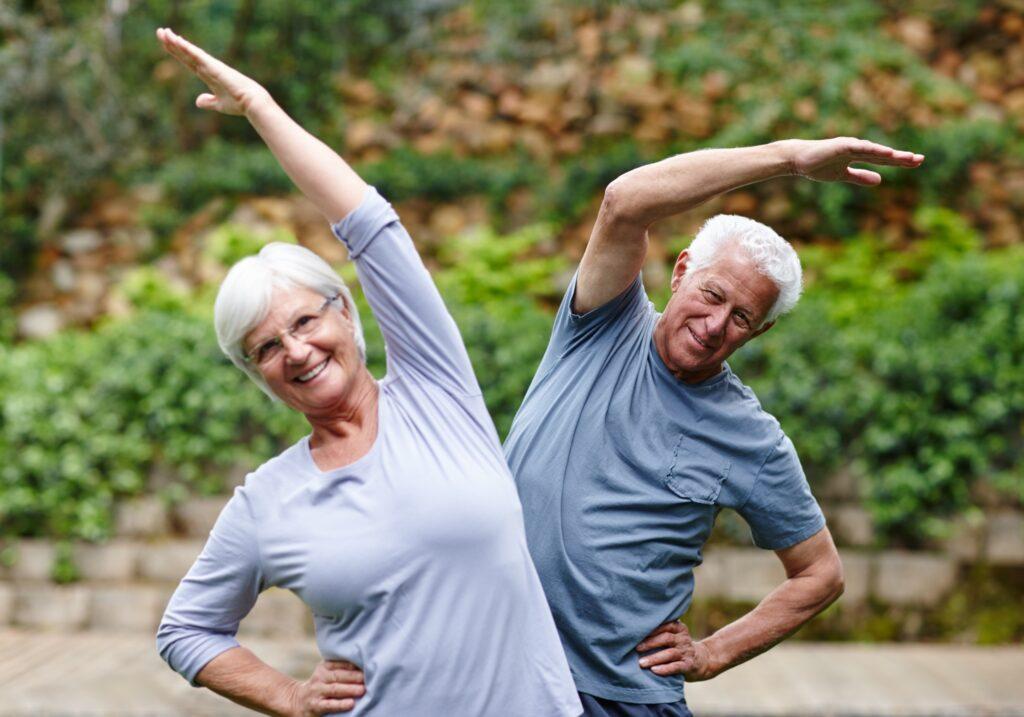 Mayores haciendo ejercicio en un parque
