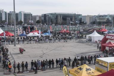 Numerosos visitantes de Vive la Moto disfrutan de una  espectacular  exhibición de motos en el área  exterior de IFEMA