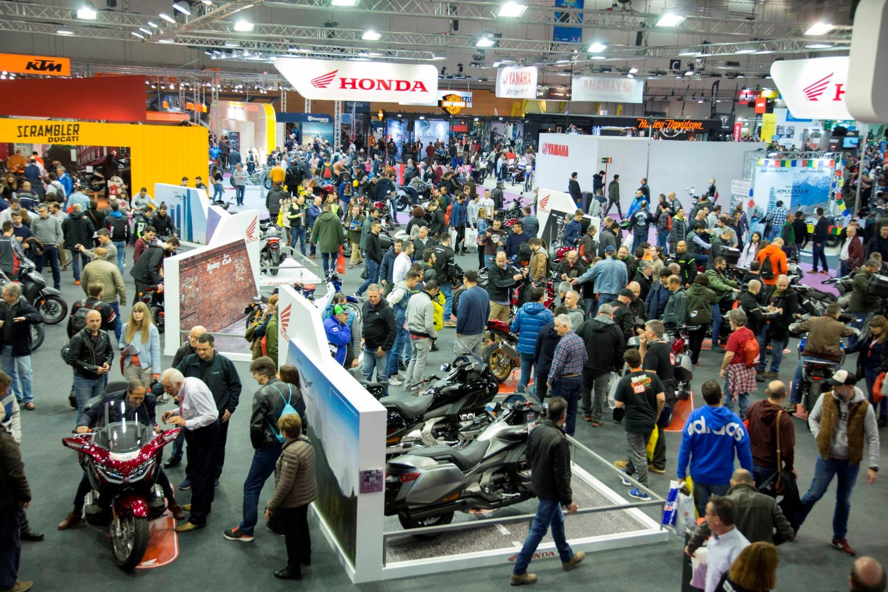 Numerosos visitantes en uno de los pabellones de Vive la Moto en su pasada edición